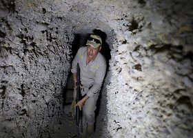 """""""Islamo valstybės"""" kovotojų išrausti tuneliai Sirijoje"""