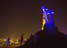 Trys Kryžiai nušvito Ukrainos vėliavos spalvomis