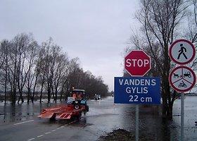 Potvynių istorija: automobiliai bando įveikti apsemtą kelią Rusnė-Šilutė