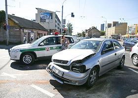 Judrioje sostinės sankryžoje susidūrus automobiliams moteris išgabenta į ligoninę