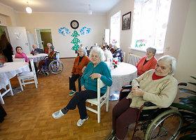 Grožio salono darbuotų apsilankymas senelių namuose