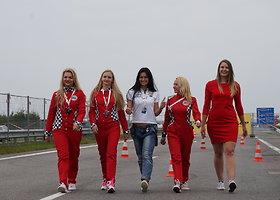 """""""Racing Ladies"""" merginos susirungė """"Dunlop"""" slalomo trasoje"""