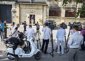 Žurnalistai laukia Raimondo Kurlianskio paleidimo