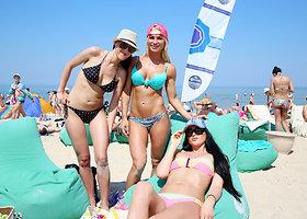 Palangos paplūdimyje – įkaitę vasarojantys poilsiautojai