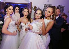 Žinomos moterys žengė podiumu vilkėdamos vestuvines sukneles