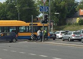 """Vilniuje susidūrė autobusas ir """"VW Golf"""""""