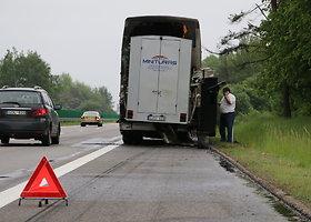 Kelyje Vilnius-Kaunas užsiliepsnojo keleivius gabenęs autobusas