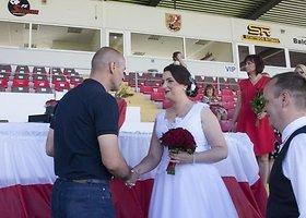 Vestuvės futbolo stadione