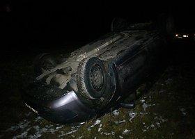 """Panevėžio rajone nuo kelio nuvažiavo ir vertėsi """"Renault"""""""