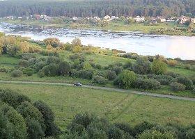 Baigiamas tiesti dviračių takas dešiniuoju Nemuno krantu nuo Šilelio kaimo.