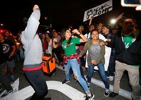 Protestai per Trumpo mitingą Kalifornijoje virto smurtiniais