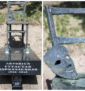 Aktoriaus Vytauto Šapranausko kapą papuošė paminklas: kėdė su teatro kauke