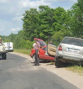 Prie Utenos – kelininkų, sunkvežimio, visureigio ir automobilio avarija