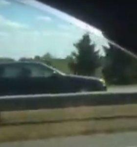 Pakaunėje BMW vairuotojas lyg išprotėjęs lėkė prieš eismą keturių eismo juostų kelyje