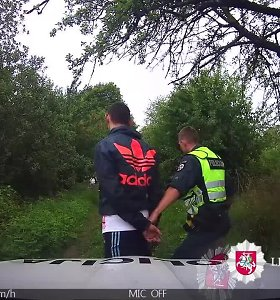 Nufilmuota, kaip Alytaus policija vaikėsi maišą kanapių turėjusį bėglį