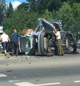 Vilniaus sankryžoje – skaudi kaktomuša: susidūrę du automobiliai apsivertė