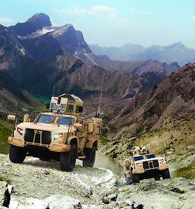 """""""Humvee"""" era baigiasi: JAV kariai pradės važinėti """"Oshkosh"""""""
