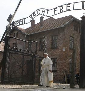 Popiežius Pranciškus tyliai pasimeldė buvusioje Aušvico mirties stovykloje