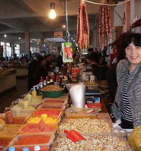 """Batumio turguje: dešras primenantys saldumynai ir naminė degtinė """"Coca Cola"""" buteliukuose"""