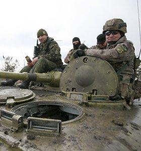 Frontas šalia Mariupolio: kariai apkasuose laukia, kol prisirps braškės