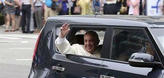 """Popiežius Filipinuose važinės atviru """"pažeidžiamu"""" automobiliu"""