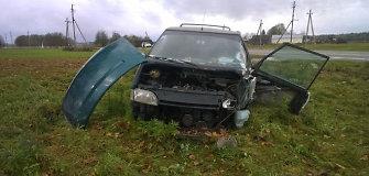 """Kauno rajone """"Renault"""" atsitrenkus į visureigį šis apvirto"""