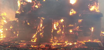 Pirmadienio rytą Juškaičiuose kilo didžiulis gaisras – sudegė 12 jaučių