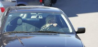 Kameros demaskuos kalbančius telefonu vairuotojus