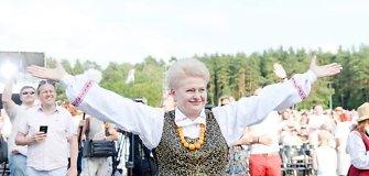 Tautinio kostiumo dienos proga tradiciniais rūbais pasipuošė ir prezidentė Dalia Grybauskaitė