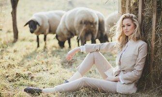 Jauki Vaidos Klizaitės-Jasaitienės fotosesija – juodagalvių avių ūkyje ant ežero kranto