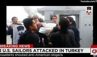 Išpuolis prieš JAV karius Turkijoje: nacionalistai tepė dažais ir bandė ant galvų mauti maišus