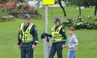 Policininkai ir verslininkai vykdo visuotinę kampaniją, kad kiekvienas vaikas į mokyklą nueitų ir namo pareitų saugiai