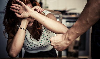 Kovai su smurtu šeimoje skirta milijonas eurų – aukos gaus pagalbos mygtukus