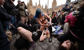 Didžiosios Britanijos parlamento pašonėje surengtas protestas dėl pornografijos draudimo