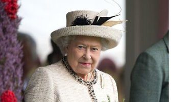 Elizabeth II paragino škotus rūpestingai pagalvoti, sprendžiant apie savo ateitį