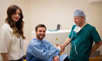 Vaidui Baumilai ir Gabrielei Martirosianaitei mikrochirurgas Algimantas Gutauskas atliko akių operaciją
