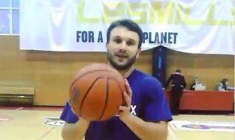 Vaidas Baumila parodė triuką su krepšinio kamuoliu