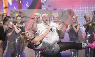 54 kg sverianti Eglė Jackaitė demonstravo jėgą įsitvėrusi už Antano Kontrimo barzdos