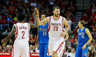 """Donatas Motiejūnas surinko dvigubą dublį, o """"Rockets"""" nutraukė """"Mavericks"""" seriją"""
