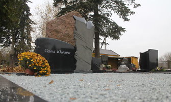 Tėvo kapą Panevėžyje lankyti atvykęs vilnietis nustėro išvydęs paminklą su kita pavarde
