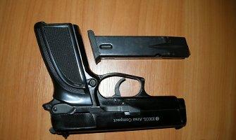 Marijampolėje agresyviai nusiteikęs vyras nukreipė ginklą merginai į veidą