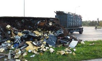 Pakeliui į Klaipėdos uostą apvirto sunkvežimis su metalo laužo kroviniu