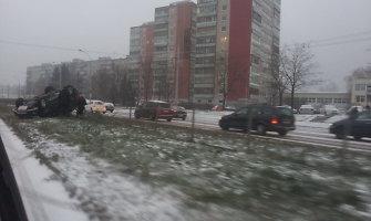 Slidžiose Vilniaus gatvėse virto automobiliai
