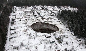 Rusijoje staiga atsivėrusi smegduobė kėsinasi praryti Solikamsko gyventojų namus
