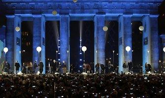 Tūkstančiais švytinčių balionų vokiečiai simboliškai paminėjo Berlyno sienos griuvimą