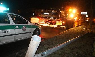 """Panevėžyje """"Audi A8"""" vairuotojas nuvertė gatvės apšvietimo stulpą ir pasišalino"""