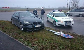 4 litrų variklis ir BMW numerių skaičiai 444 kelių ereliui nuo policijos pasprukti nepadėjo