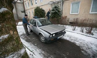 """Iš garažo išvažinėjęs vilnietis dėl """"užstrigusio"""" akseleratoriaus nesuvaldė BMW"""