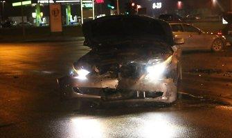 BMW nekaltas – Šiauliuose sankryžoje pasibučiavę automobiliai pribarstė nuolaužų