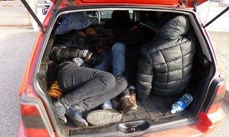 Automobilio bagažinėje estas vežė neteisėtai į Lietuvą patekusius keturis vietnamiečius